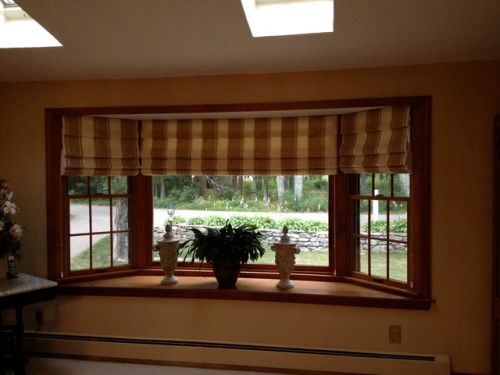 Window decorating ideas for living room ultimate home ideas for Roman shades for bay windows