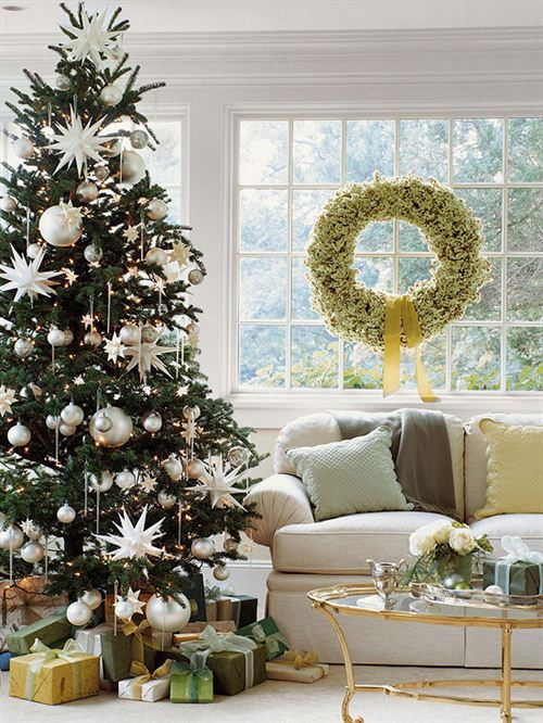 Sophisticated Christmas Tree With White Ornaments. Tree Decorating Ideas