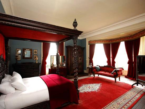 20 red master bedroom design ideas ultimate home ideas for Traditional master bedroom designs
