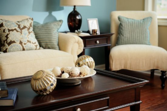 Living Room Decor With Golden Balls As Centerpieces. Centerpieces