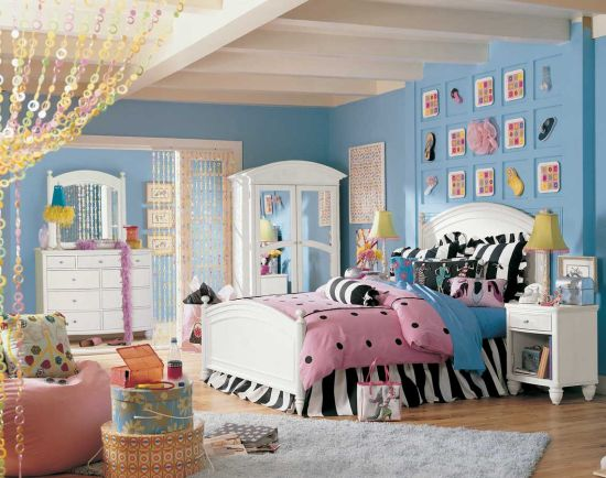 Cool and fun teen bedroom decor with blue walls
