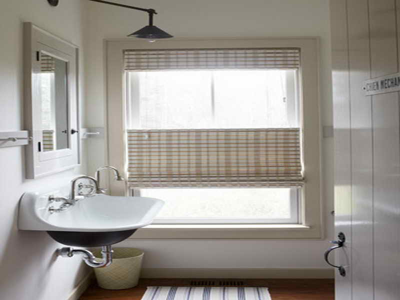 Creative window treatment ideas for your bathroom for Bathroom window treatments ideas