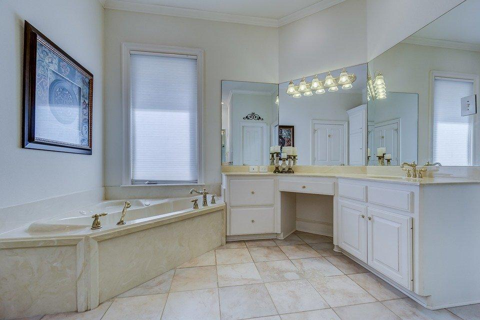 Bathroom with neutral gray and white tiles